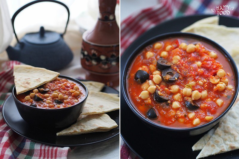 Нут с томатным соусом, чили и маслинами
