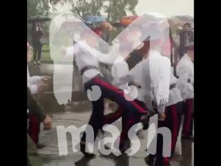 Школьник во время парада отпинал кореша