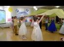 Красивый танец с разноцветными полотнами Выпускной бал в детском саду