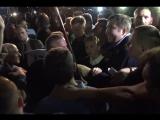 Сторонники Саакашвили прорвали цепь пограничников и затащили его в своем окружении на Украину
