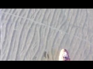 Невероятно прозрачный лёд на озере