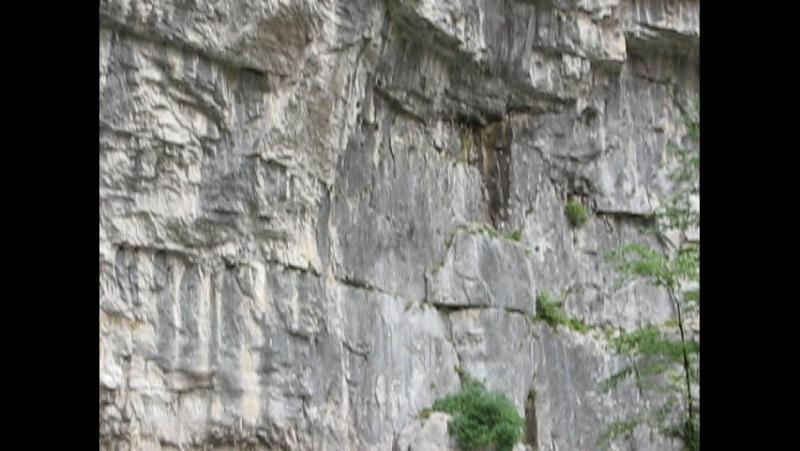 Ущелье со сходящимися скалами