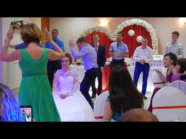 танец свидетельницы на свадьбе