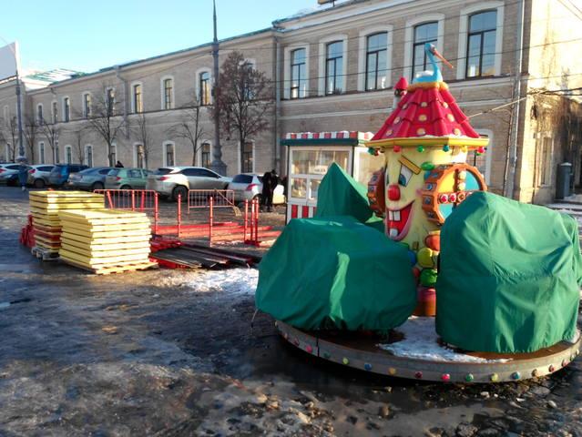 На площади Свободы устанавливают ярмарочный городок (ФОТО)