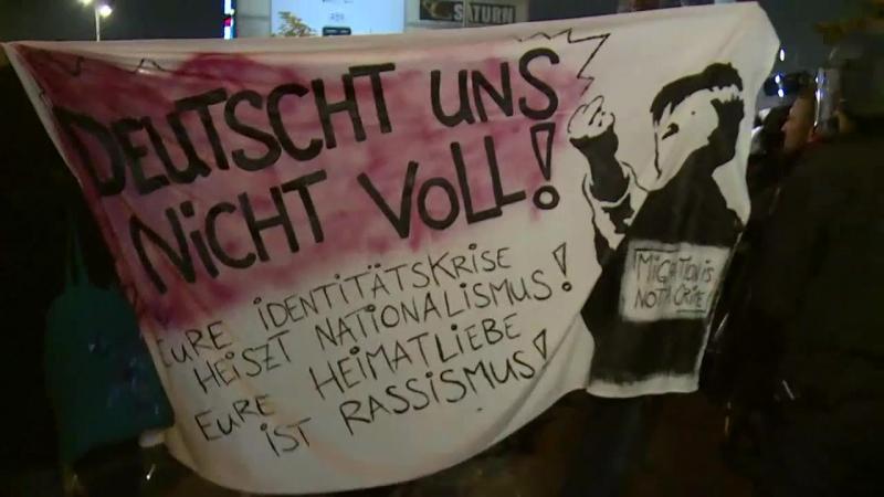 Berlin Alexanderplatz Demonstrationen gegen die Wahlparty der AfD