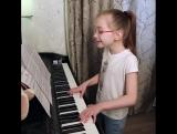 Маленькая девочка Вика поет песню - Вите надо выйти ♫