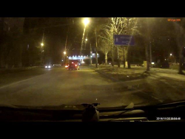 водитель на полной скорости въехал в знак на разделительной полосе и продолжил движение.