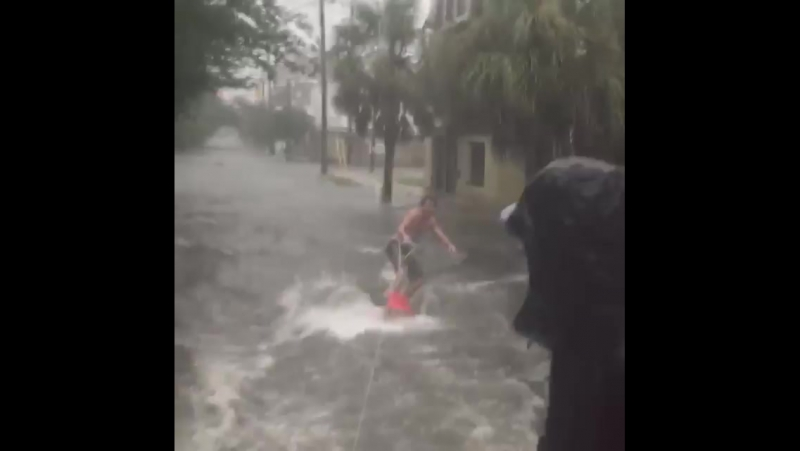 Серфинг на затопленных улицах Чарлстона штат Южная Каролина США 11 09 2017