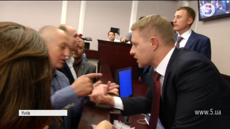 Видео драки депутатов от «Блока Петра Порошенко» и партии «Батькивщина» в Киевском областном совете