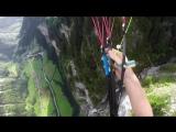 Опасные съёмки скоростного спуска с гор с парашютом