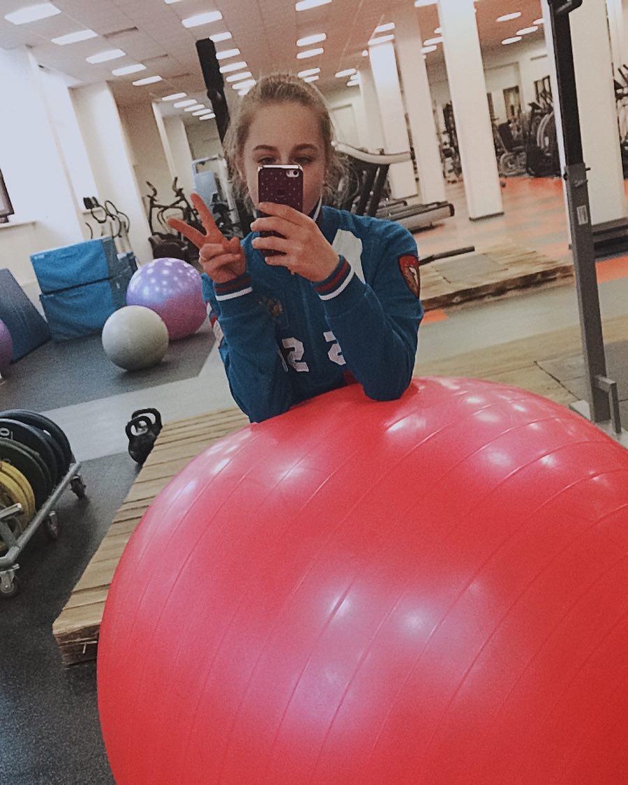 Розовый мяч Новогорска & Индивидуальный чемодан фигуриста - Страница 3 PmCefWAVrJ4