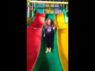 Мама жгет на детской площадке