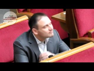 Прикол. Депутат нюхнул кокаин прямо в Думе)))