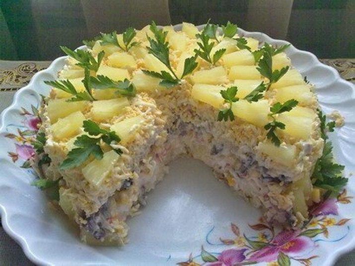 Салат с курицей и ананасом слоеный