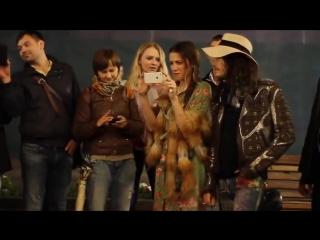 Солист группы AEROSMITH, Steven Tyler подпел уличному музыканту в Москве.
