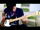 Парень играет песни Red Hot Chili Peppers красным перцем