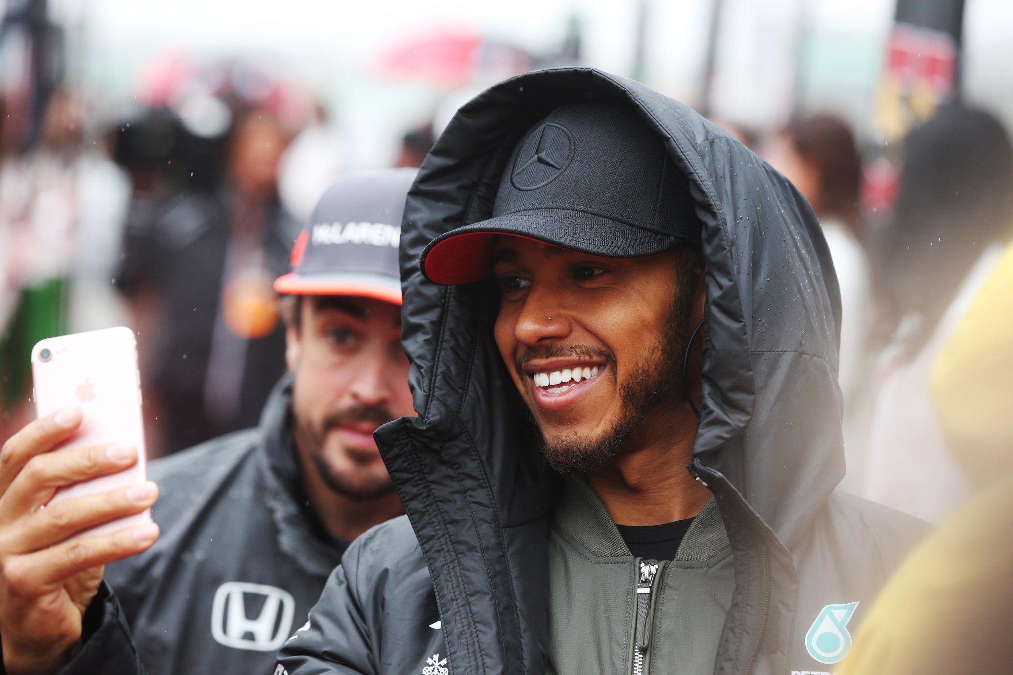 Бывшие партнёры по команде McLaren Льюис Хэмилтон и Фернандо Алонсо