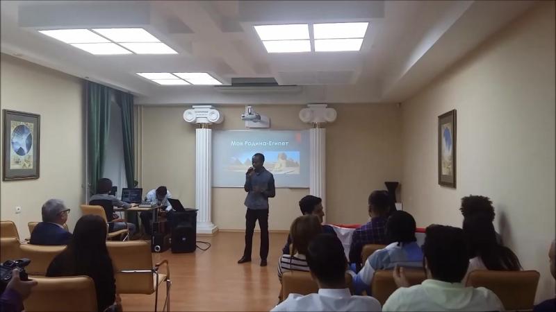 Студент из Анголы Анджелину Нгола поет на Географическом клубе СКФУ