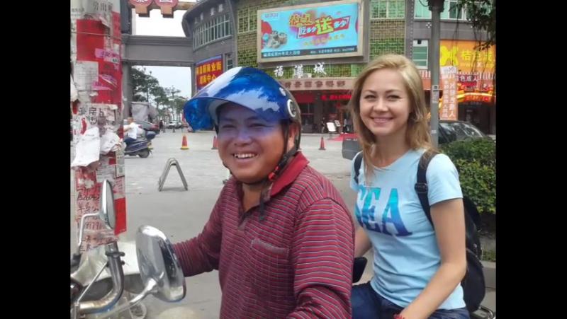 Настя осваивает новый вид транспорта мототакси с веселым водителем