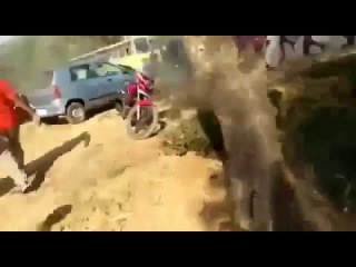 Angry Crowd throws Stones at Lamborghini and Ferrari/люди забросали камнями Lamborghini и Ferrari