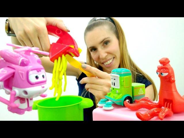 Giocattoli a scuola-Pista per le macchine e una nuova ricetta- Video e giochi per bambini PlayDoh