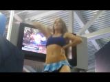 Очень красивая девушка танцует в мини юбке на выставке Шикарная фигура Спортивная девушка