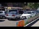 Девушка за рулём Mazda движется против течения на улице Плахотного