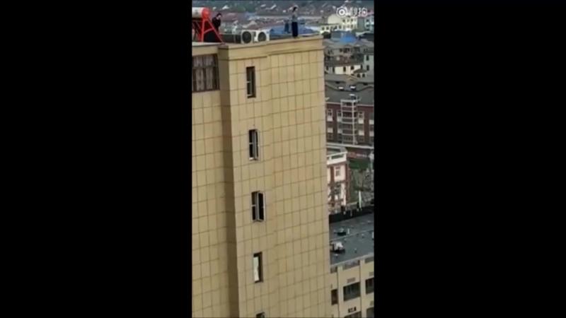 Китаянка спрыгнула с крыши здания