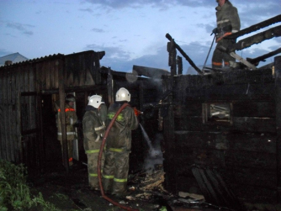 В Мурманске на Нижнетуломском шоссе сгорела постройка