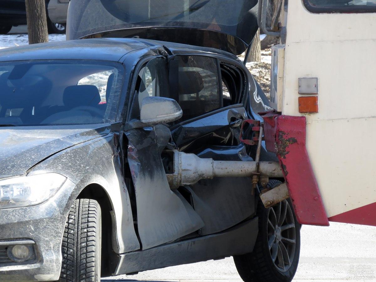 Трамвай протаранил БМВ вЧелябинске, пробив машину трубой сцепки
