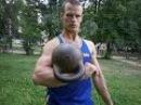 Силовой трюк с гирей 32 кг. Жим на кулаке 3 раза .Stunt with gira KB.Press 32 kg. on fist.
