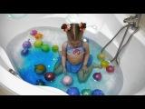 Лопаем цветные шарики в ванной. Новое видео для детей.