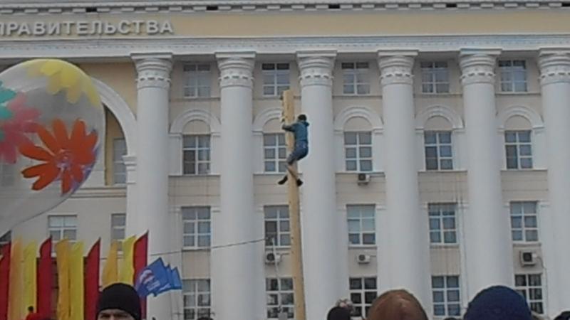 Девушка взбирается на масленичный столб. Ульяновск, 26 февраля 2017 (c)www.ulgrad.ru