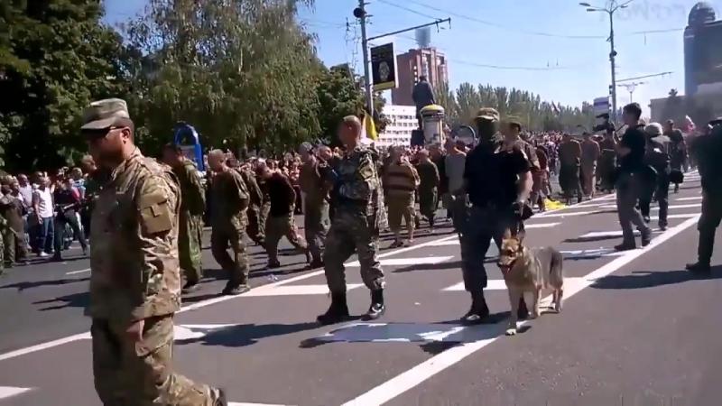 Как Донецк встречал парад военнопленных.