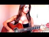 Потрясная девушка дома поет известную песню