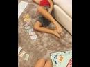 Дети Курбана Омарова и Ксении Бородиной Омар и Маруся играют в монополию