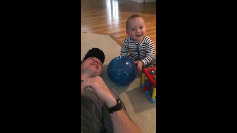 Ребенок с папой, хихикает бесконтрольно