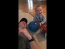 Ребенок с папой хихикает бесконтрольно