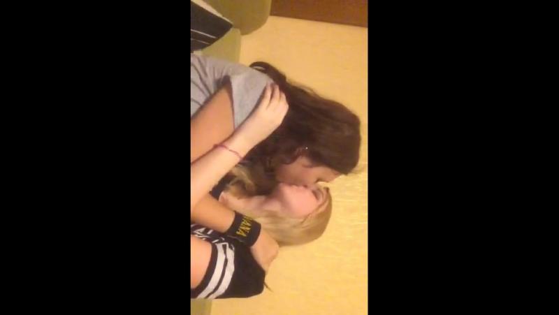 Подружки целуются в перископе ч. 1