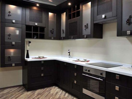 Оригинальный дизайн угловой кухни в черном цвете