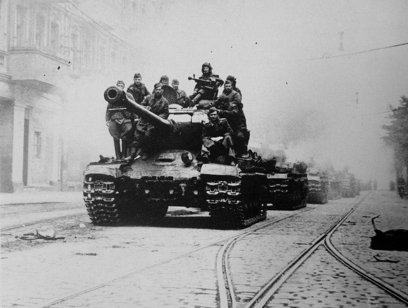 Групповой снимок красноармейцев на тяжелом танке ИС-2 на улице взятого Берлина