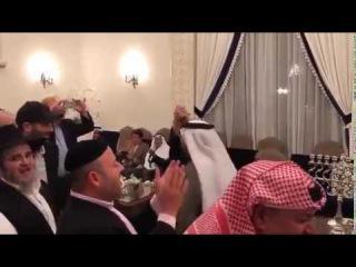 Евреи и мусульмане в Бахрейне пляшут хасидские танцы в Хануку