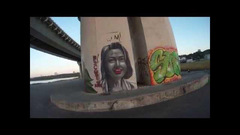 Граффити и мемориал памяти под мостом Миллениум