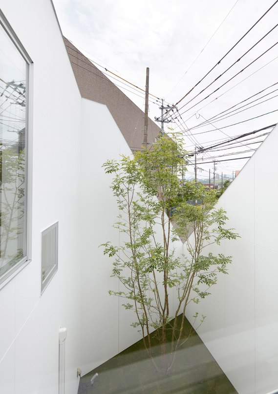 Kenta Eto completes house with sliced-away corner