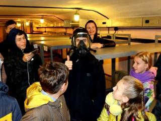 Юные мурманчане под защитой защитного сооружения