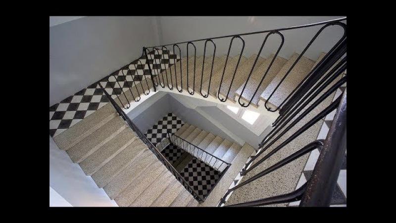 Going up the condo stairs Salendo le scale del condominio Subir as escadas do prédio de apartamentos