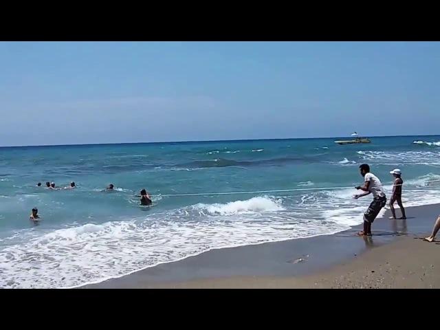 Спасали всем отелем мужика которого уносила в море большая волна
