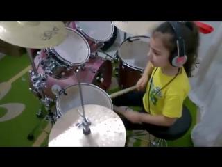 Маленькая девочка. играет. на. ударных пестню