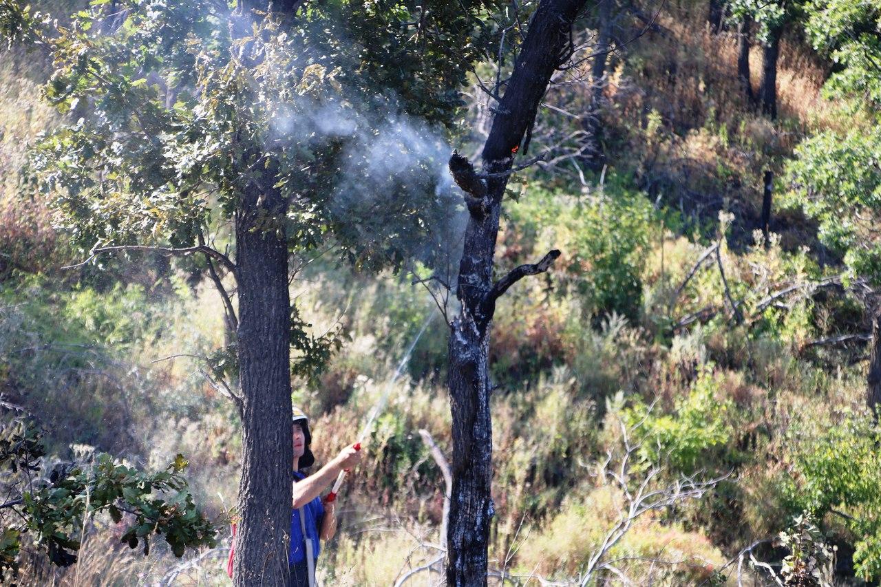 Пожарный локализует огонь