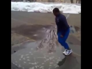 Негр прыгнул в лужу. Жестоко разыграли